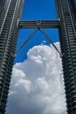 Tours jumelles KLCC de Petronas et pont en ciel au-dessus de ciel bleu profond et de grand nuage image libre de droits