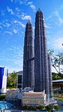 Tours jumelles Lego Bricks Building de Petronas Photo stock