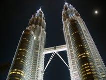 Tours jumelles Petronas et la lune Photo libre de droits