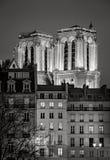 Tours lumineuses de Notre Dame de Paris Cathedral la nuit images libres de droits