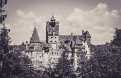 Tours scéniques de château de son La résidence légendaire de Drukula dans les montagnes carpathiennes, Roumanie images stock