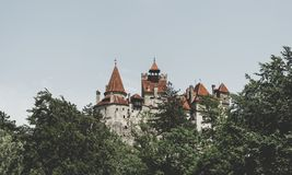 Tours scéniques du son de château La résidence légendaire de Drakula dans les montagnes carpathiennes, Roumanie photo stock