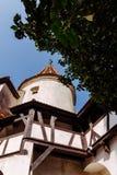 Tours scéniques et toit carrelé de château de son La résidence légendaire de Drukula dans les montagnes carpathiennes, Roumanie images stock