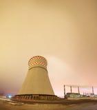 Tours thermique de centrale et de refroidissement la nuit Photo libre de droits