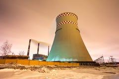 Tours thermique de centrale et de refroidissement la nuit Images stock