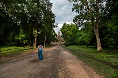 Toursit-女孩,吴哥窟在柬埔寨 免版税库存图片