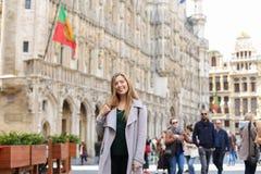 Toursit de sourire femelle à l'arrière-plan de Grand Place, Bruxelles images stock