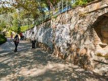Toursits посещая желая стену на theHouse девой марии в Epheus, Турции стоковая фотография rf