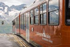 Toursits de attente de train de Gornergrat à la station au sommet de G images libres de droits