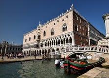 Toursits i doży ` s pałac Wenecja Fotografia Royalty Free