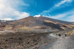 Toursits que anda acima para ver Monte Etna, Sicília Fotografia de Stock Royalty Free