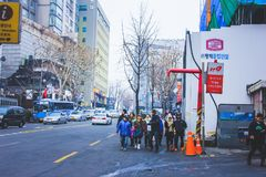 toursts走在街道上的一个小组在Itaewon,汉城 图库摄影