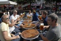 TOURTESTS享用啤酒 库存照片