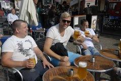 TOURTESTS享用啤酒 免版税库存图片