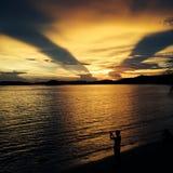 tourtist en escena de la puesta del sol, mar de Tailandia Imagen de archivo