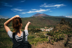 Tourust mit einem Rucksack zeigt eigenhändig die Spitze von Teide-Vulkan, Teneriffa, Kanarische Inseln, Spanien an lizenzfreie stockfotos