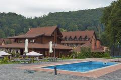 Tourustic komplex med den utomhus- simbassängen i Carpathians Royaltyfria Bilder