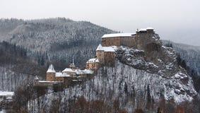Tous les bâtiments de château d'Orava en hiver photos stock