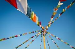 Tous les drapeaux de couleur sur un ciel bleu Photographie stock