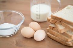 Tous les ingrédients pour la préparation de pain grillé français eggs le pain de lait et image libre de droits