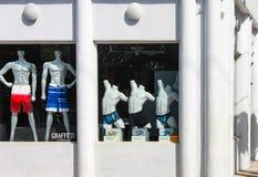 Tous les maniquins masculins blancs modelant des vêtements de bain dans un art déco blanc de Key West ont dénommé la boutique de  photographie stock