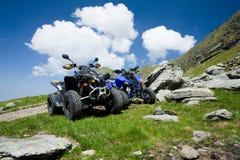 Tous les véhicules de terrain tous terrains sur la montagne Photos libres de droits