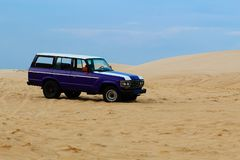 Tous terrains, voitures dans le désert photo stock