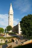 Tousists som framme går av Sant Eufemia Cathedral på Rovinj Royaltyfri Fotografi