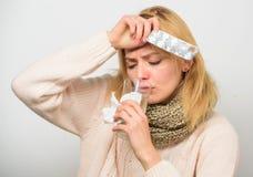 Tousled женщиной владение шарфа волос tablets волдырь Директивы для обрабатывать лихорадку Лекарства взятия для уменьшения лихора стоковое изображение