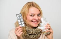 Tousled женщиной владение шарфа волос tablets волдырь Директивы для обрабатывать холод Лекарства взятия, который нужно получить о стоковые фотографии rf