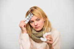Tousled женщиной владение шарфа волос tablets волдырь Директивы для обрабатывать лихорадку Самый лучший редуктор лихорадки Девушк стоковое изображение rf