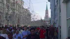 Tousrists, los fans y los locals caminan a lo largo de la calle del nikolskaya en Moscú metrajes