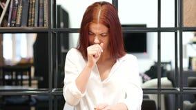 Toussant, belle femme de brune souffrant de la toux, d'intérieur banque de vidéos