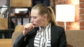 Toussant, femme de BBusiness souffrant de la toux clips vidéos