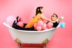 Tout à fait détendant Couples dans l'amour dans la baignoire Jour de bain moussant Routine de beauté et hygiène personnelle Routi image libre de droits