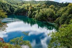tout autour des forêts, l'eau de lac est vert bleuâtre photographie stock