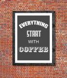 Tout commencent par du café écrit dans le cadre de tableau Photos libres de droits