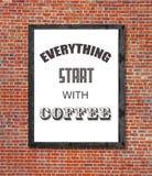 Tout commencent par du café écrit dans le cadre de tableau Images stock