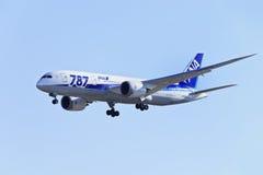 Tout l'atterrissage de Boeing 787-881 Dreamliner JA805A de lignes aériennes du Nippon dans Pékin, Chine Photos libres de droits