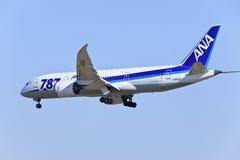 Tout l'atterrissage de Boeing 787-881 Dreamliner JA805A de lignes aériennes du Nippon dans Pékin, Chine Images stock