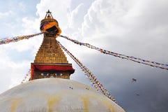 tout le boudhanath Bouddha observe l'hémisphère d'or géant Katmandou Népal de plan voyant le premier blanc de plus petit stupa de Photo libre de droits