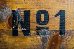 Tout le charme est allé : Numéro un peint sur la vieille boîte en bois photographie stock