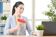 Tout le monde mangeant la pastèque douce pour l'été chaud en Asie Images libres de droits