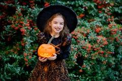 Tout le Saints& x27 ; Jour La fille 8-9 ans dépeint la sorcière mauvaise Photos stock