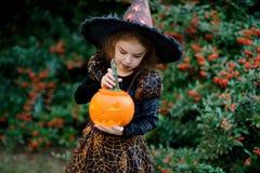 Tout le Saints& x27 ; Jour La fille 8-9 ans dépeint la sorcière mauvaise Image stock
