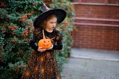 Tout le Saints& x27 ; Jour La petite fille mignonne dépeint la sorcière mauvaise Images libres de droits