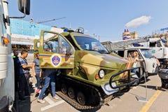 Tout le véhicule de terrain sur des voies à l'exposition du special équipent image libre de droits