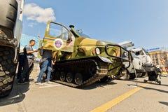 Tout le véhicule de terrain sur des voies à l'exposition du special équipent photographie stock