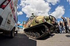 Tout le véhicule de terrain sur des voies à l'exposition du special équipent photographie stock libre de droits