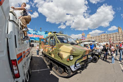 Tout le véhicule de terrain sur des voies à l'exposition du special équipent photo libre de droits